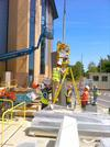 Vacuum lifter Kombi 7241-W600GG in use in Great Britain Vacuum lifter Kombi 7241-W600GG proves its operational capabilities in Great Britain. The deploying counterweight enables corner elements to be transported vertically.