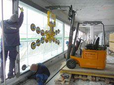 Das Vakuumhebegerät Kombi 7411-DS3 ist jetzt auch als 4-Kreis-Gerät erhältlich - das erste Gerät geht von der glasstec gleich an die Firma RUCH in der Schweiz