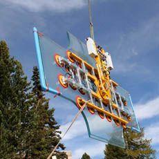 Diese Sonderausführung von dem Vakuumhebe-Gerät Kombi 7441-DmS6H kann auch noch in 3000 m Höhe 2000 kg Glas sicher bewegen