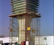 Verglasungsarbeiten am Tower des Flughafens