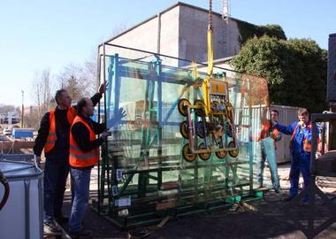 Vacuum lifting device Kombi 7211-DS2 on a truck-mounted crane Moving the glass pane from the glass frame to the glass transport bearing block