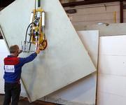 In der kleinsten Ausbaustufe des Vakuumhebers lassen sich noch 250 kg bewegen.