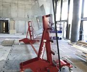 With the Super Heavy Duty Roller, a pane of glass measuring 7 metres in length is moved around the construction site.