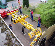 Straightaway, the mobile crane raises this device combination onto the Counterweight Unit Balance 20 and vacuum lifter 7441-DS6-G1.