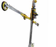 Die Besonderheit an diesem Vakuumhebegerät ist der Führungsgriff, der es ermöglicht, lange schmale Glasstreifen zu bewegen.