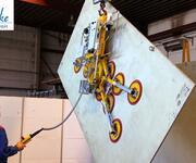Drehen einer 1200 kg schweren Platte mit dem Vakuumheber Kombi 7441-DS3H im Testbetrieb.