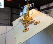 Drehen und Schwenken einer 1200 kg schweren Platte mit dem Vakuumheber Kombi 7441-DS3H im Testbetrieb.